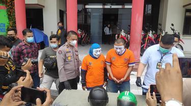 Paman dan bibi penculik bocah 7 tahun di Surabaya diamankan polisi . (Dian Kurniawan/Liputan6.com)