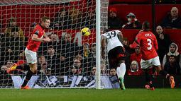 Striker Fulham asal Inggris Darren Bent (tengah) saat mencetak gol penyama pada laga pertandingan sepak bola Liga Premier Inggris antara Manchester United melawan Fulham di Old Trafford, Manchester, Minggu (9/2/14) waktu setempat. (Foto: AFP/Andrew Yates)
