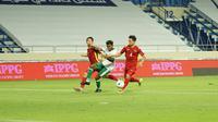 Pemain Timnas Indonesia, Yakob Sayuri (tengah), berulang kali gagal menembus pertahanan ketat Vietnam. Mampu menahan serangan cepat Vietnam di babak pertama, Timnas Indonesia harus rela kebobolan empat kali di babak kedua. (Foto: Dok. PSSI)