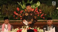 Presiden Jokowi memberi sambutan saat buka puasa bersama di Istana Negara, Jakarta, Jumat (18/5). Tamu undangan terdiri dari pimpinan lembaga negara, menteri Kabinet Kerja, tokoh agama Islam, Kadin Indonesia, dan Apindo. (Liputan6.com/Angga Yuniar)