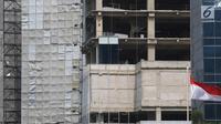 Konstruksi papan reklame terpasang di depan sebuah gedung kosong di Jalan Gatot Subroto, Jakarta, Rabu (20/9). Pemerintah Provinsi DKI Jakarta bakal membongkar bangunan reklame yang masa izinnya sudah kedaluwarsa. (Liputan6.com/Immanuel Antonius)