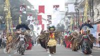Parade kostum seni budaya menuju Gedung Merdeka, Bandung, Jawa Barat, (1/6/2016). Kegiatan ini untuk memperingati momen bersejarah bangsa Indonesia yakni lahirnya Pancasila dan pidato Bung Karno, Presiden Indonesia Pertama. (Liputan6.com/Faizal Fanani)