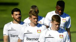 Para pemain Bayer Leverkusen saat sesi latihan jelang laga Liga Europa di Leverkusen, Jerman, Selasa (4/8/2020). Bayer Leverkusen akan berhadapan dengan Glasgow Rangers. (AP Photo/Sascha Schuermann, pool)