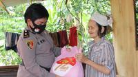 Kegiatan bakti sosial Polwan Polda Sulut ini diawali dengan penyerahan paket sembako secara simbolis oleh Wakapolda Sulut Brigjen Pol Yadi Suryadinata.