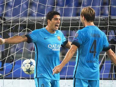 Striker Barcelona, Luis Suarez (kiri) merayakan gol yang dicetaknya bersama Ivan Rakitic dalam laga Grup E Liga Champions di Stadion Olimpico, Kamis (17/9/2015) dini hari WIB. (EPA/Claudio Peri)