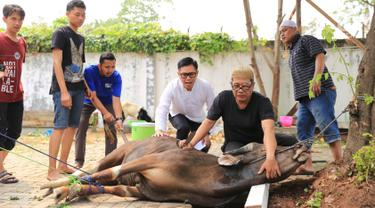 Presenter Eko Patrio saat melihat proses pemotongan hewan kurban di kawasan Cipinang, Jakarta, Jumat (1/9). Idul Adha 1438 H Eko Patrio berkurban di beberapa tempat. (Liputan6.com/Herman Zakharia)