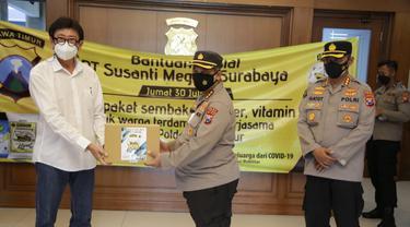 Polda Jatim menerima paket sembako untuk terdampak PPKM di Jatim. (Dian Kurniawan/Liputan6.com)