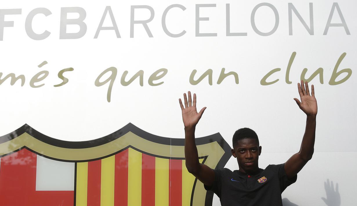 Pemain asal Prancis, Ousmane Dembele  memberikan salam kepada fans saat tiba di Camp Nou stadium, Barcelona, (27/8/2017). Barcelona menebus Ousmane Dembele sebesar Rp. 2,3 triliun dari Dortmund. (AP/Manu Fernandez)