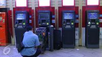 Petugas mengecek mesin Anjungan Tunai Mandiri (ATM) di Jakarta, (17/5). Seperti tiga bulan pertama tahun 2016, penambahan mesin ATM hanya sebanyak 855 unit menjadi total 98.700 atau meningkat 0,87 %.dari akhir tahun 2015. (Liputan6.com/Angga Yuniar)
