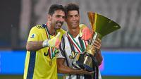 Striker Juventus, Cristiano Ronaldo, bersama Gianluigi Buffon berpose usai menjuarai Serie A musim 2019-20 di Stadion Allianz, Sabtu (1/8/2020). CR7 berhasil membawa Juventus merengkuh gelar Liga Italia kesembilan secara beruntun. (Photo by Isabella BONOTTO / AFP)