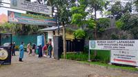 Suasana di depan RS Lapangan Ijen Boulevard, Malang. Tingkat keterisian rumah sakit darurat untuk pasien Covid-19 ini sudah 100 Persen pada Kamis, 24 Juni 2021. Pihak rumah sakit berusaha mencari bed tambahan (Liputan6.com/Zainul Arifin)