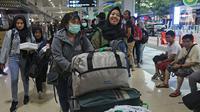 Warga Negara Indonesia (WNI) yang telah selesai menjalani masa observasi virus corona dari Natuna, tiba di Bandara Halim Perdanakusuma, Jakarta, Sabtu (15/2/2020). Pemerintah secara resmi memulangkan 238 WNI ke daerah masing-masing karena telah dinyatakan sehat. (Liputan6.com/Herman Zakharia)
