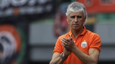 Pelatih Persija Jakarta, Ivan Kolev, memberikan instruksi kepada pemainnya saat melawan 757 Kepri Jaya. (Bola.com/Yoppy Renato)