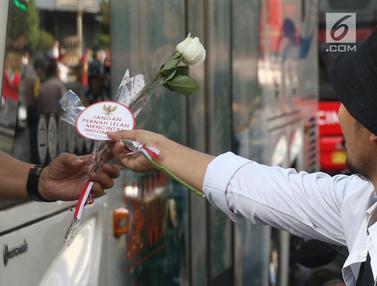 Bagikan Bunga Mawar, Relawan Ajak Masyarakat Kawal Jokowi