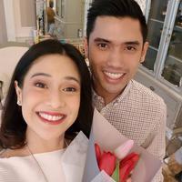 Saat momen Valentine, Dian Sastro mendapatkan bunga dari sang suami, Indraguna Sutowo. (Foto: instagram.com/therealdisastr)