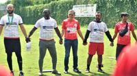 Tim pelatih dan manajemen Persipura Jayapura saat berada di lapangan Agro Wisata, Kota Batu, dalam pemusatan latihan yang dijalani skuat Mutiara Hitam. (Bola.com/Iwan Setiawan)