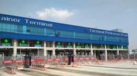 Suasana Jakarta International Container Terminal (JICT) yang lumpuh total akibat mogok pekerja. (Moch Harun Syah/Liputan6.com)