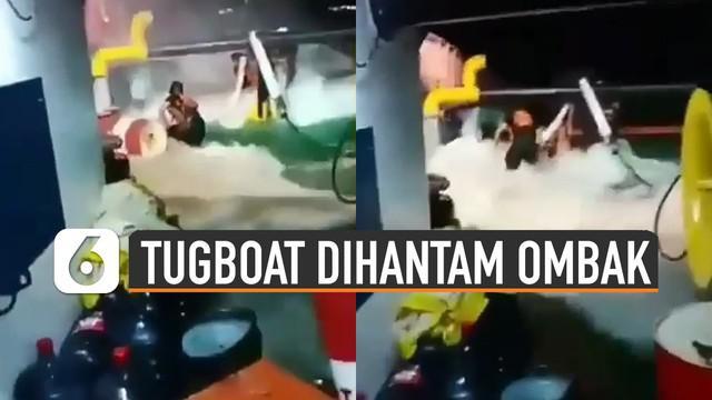 Beredar video kapal tugboat dihantam ombak laut. Air laut hingga masuk ke dalam kapal tersebut.