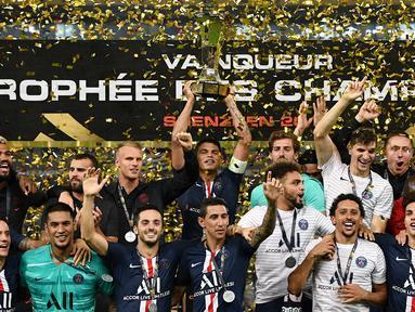 Para pemain PSG merayakan gelar juara Piala Super Prancis usai mengalahkan Rennes di Stadion Shenzhen, China, Sabtu (3/8). PSG menang 2-1 atas Rennes. (AFP/Franck Fife)