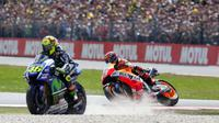Valentino Rossi keluar lintasan setelah bersenggolan dengan Marc Marquez pada balapan MotoGP Belanda di Sirlkuit Assen, Juni 2015. (Crash)