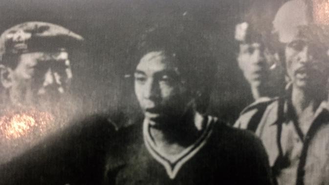 Kartu merah Iswadi Idris di final perserikatan 1975 memicu keributan antara pemain Persija dengan PSMS (Bola.com/Repro Merdeka)
