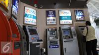Nasabah melakukan transaksi di galeri ATM di Jakarta, Jumat (25/9/2015). (Liputan6.com/Angga Yuniar)