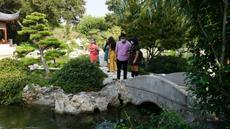 Orang-orang mengunjungi taman tradisional China Liu Fang Yuan di Los Angeles County, California, AS (9/10/2020). Setelah lima bulan tertunda akibat pandemi COVID-19, Huntington Library, Art Museum, and Botanical Gardens akhirnya dibuka dengan memperkenalkan taman tersebut. (Xinhua)