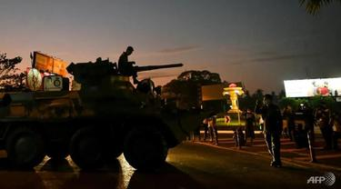 Tentara Myanmar bermanuver di sekitar kota-kota besar dengan kendaraan lapis baja. (Foto: AFP / Sai Aung Utama)