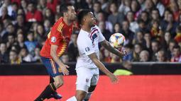 Gelandang Spanyol, Sergio Busquets, berusaha menjaga striker Norwegia, Joshua King, pada laga Kualifikasi Piala Eropa 2020 di Stadion Mestalla, Valencia, Sabtu (23/3). Spanyol menang 2-1 atas Norwegia. (AFP/Jose Jordan)
