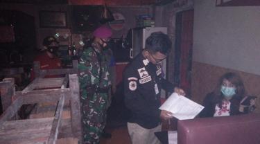 Satgas Raika gerebek kafe remang-remang di Makassar (Liputan6.com/Fauzan)