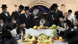 Kepala jemaat Yahudi Ultra-Orthodox Nadvorn menghadiri perayaan Tu Bishvat, Hari Arbor Yahudi, Bnei Brak, Israel, (25/1). Tu Bishvat adalah hari libur Yahudi pada bulan Syebat biasanya dilakukan pada akhir Januari atau awal Februari. (REUTERS/Baz Ratner)