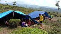 Korban gempa di Bogor lebih memilih tinggal di pengungsian ketimbang di rumahnya sendiri. (Liputan6.com/Achmad Sudarno)