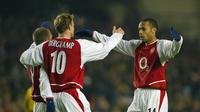 Thierry Henry dan Dennis Bergkamp (lasportsanostra.com)