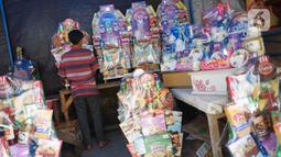 Pedagang menata dagangan di salah satu pusat penjualan parsel di kawasan Cikini, Jakarta, Rabu (13/5/2020). Selama bulan Ramadan, para pedagang mengaku omzet penjualan parsel turun hingga 90 persen dibandingkan tahun lalu akibat adanya pandemi virus corona COVID-19. (Liputan6.com/Immanuel Antonius)