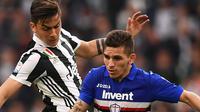 Striker Juventus, Paulo Dybala, berebut bola dengan gelandang Sampdoria, Lucas Torreira, pada laga Serie A di Stadion Allianz, Turin, Minggu (15/4/2018). Juventus menang 3-0 atas Sampdoria. (AFP/Marco Bertorello)