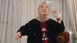 Sedikit menampilan kesan boyish, wanita dengan nama asli Khoirunnisa juga terlihat hanya menambahkan jam tangan berwarna hitam. Bahkan, model hijab yang dikenakan olehnya terlihat cukup simple. (Liputan6.com/IG/@nissa_sabyan)