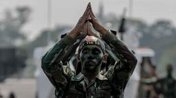 Personel TNI bersiap menunjukan aksi bela diri usai mengikuti upacara gladi bersih HUT ke-74 TNI di Lanud Halim Perdanakusuma, Jakarta, Kamis (3/10/2019). Gladi bersih ini dimulai dengan parade tiap satuan, AD, AL, dan AU. (Liputan6.com/Faizal Fanani)