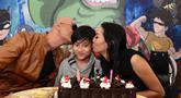 Bersama dengan kedua orang tuanya dalam acara ulang tahun sekaligus launching buku miliknya. Azkanio Nikola Corbuzier atau yang biasa disapa Azka ini  nampak tersenyum bahagia.   (Kapanlagi/Bambang E Ros)