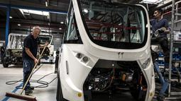 Pekerja menyelesaikan perakitan sebuah bus tanpa pengemudi di pabrik NAVYA di Bron dekat Lyon, Prancis (23/4). (AFP/Jean-Phoilippe Ksiazek)