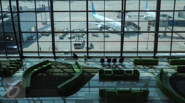 Pemandangan pesawat Garuda Indonesia yang bisa dilihat dari bourding lounge Terminal 3 Bandara Soekarno-Hatta, Tangerang, Senin (24/04). Terminal ini mampu 25 juta calon penumpang per tahun. (Liputan6.com/Fery Pradolo)