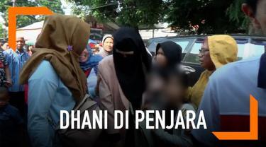 Mulan dan kedua anaknya mengunjungi Ahmad Dhani di rutan Medaeng, Jawa Timur. Kunjungan untuk membicarakan soal konser Dewa 19 di Surabaya.