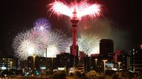 Sky Tower di Kota Auckland merayakan pergantian tahun dengan pesta kembang api (1234newyear.com)