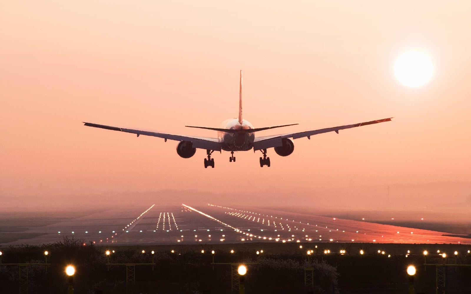 Ilustrasi pesawat terbang. (travelandleisure.com)