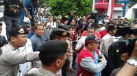 Massa Prabowo-Hatta Bersitegang dengan Polisi di depan MK (Liputan6.com)