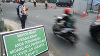 Petugas Dishub Kota Bandung sedang mengurai kendaraan yang melintas di Jalan Jakarta. Rencananya, salah satu jembatan layang (flyover) akan dibangun di sini. (Liputan6.com/Huyogo Simbolon)