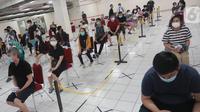 Warga divaksin Covid-19 di Balai Warga  Apartemen Gading Mediterania Residence (MGR) Kelapa Gading, Jakarta, Kamis (17/6/2021). Vaksin massal dengan target 1.000 penghuni selama dua hari untuk mencegah penyebaran Covid-19. (Liputan6.com/Fery Pradolo)
