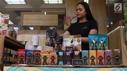 Pekerja merapikan produk coklat dalam pameran kakao dan coklat di Kementerian Perindustrian, Jakarta, Selasa (17/9/2019). Kemenprin mengusulkan pengenaan PPN sebesar 0% bagi produsen industri pengolahan kakao guna meningkatkan daya saing produk dalam negeri. (Liputan6.com/Angga Yuniar)