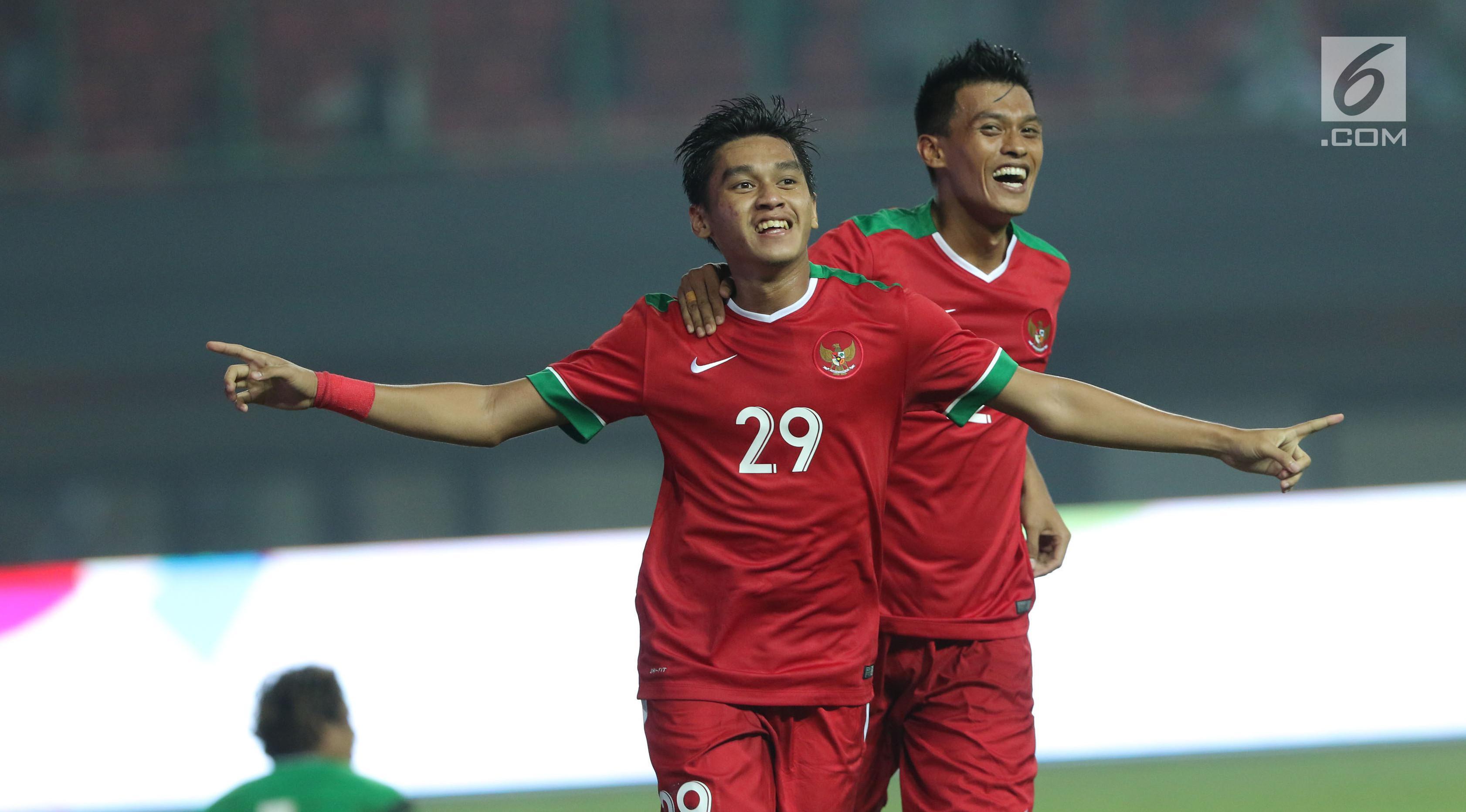 Pemain Timnas Indonesia, Septian David Maulana (kiri) merayakan gol ke gawang Kamboja pada laga persahabatan di Stadion Patriot Candrabhaga, Bekasi, Rabu (4/10). Timnas Indonesia menang 3-1 atas Kamboja. (Liputan6.com/Helmi Fithriansyah)