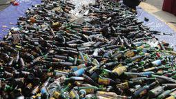 Pemusnahan barang bukti miras dan narkoba di halaman Polsek Palmerah, Jakarta Barat, Senin (14/5). Barang yang dimusnahkan adalah ganja 2,8 kg, sabu 1,2 kg, ekstasi 1.253 butir, 38 kapsul penthylone, dan 10.476 botol miras. (Liputan6.com/Arya Manggala)