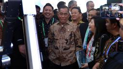Menhan Ryamizard Ryacudu mengunjungi stand Indo Defence 2018 Expo and Forum,  Jakarta, Rabu (9/11). Kemenhan dan PT Napindo untuk kedelapan kalinya menyelenggarakan pameran Internasional bidang teknologi industri pertahanan. (Liputan6.com/Johan Tallo)
